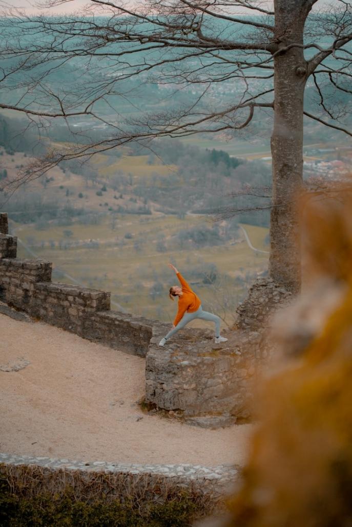 Yoga auf einer Burg
